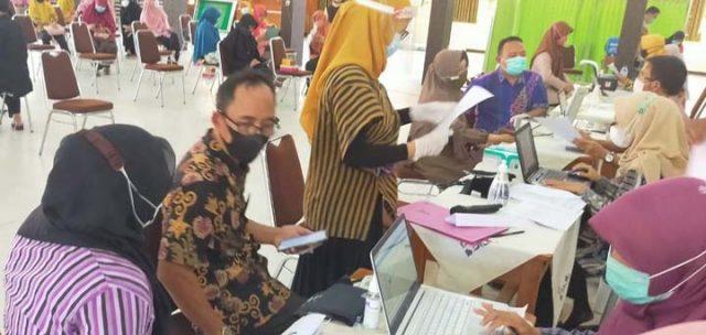 Para guru dan karyawan SMAN 1 Bulakamba, Brebes, mengikuti vaksinasi Covid-19 tahap pertama, Kamis (10/6/2021).